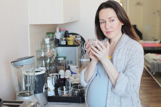 マグカップを持つ妊婦さん