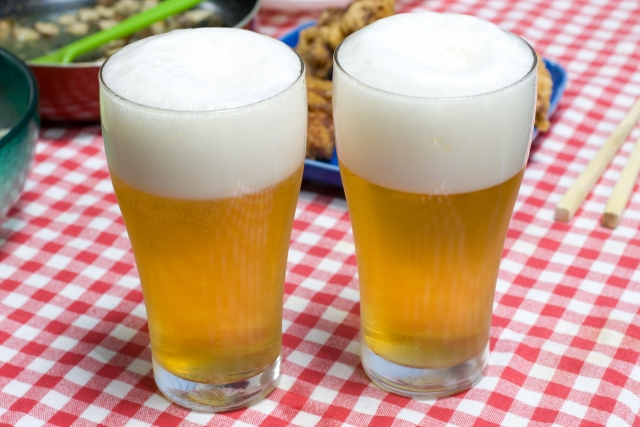 テーブルに置かれたビール