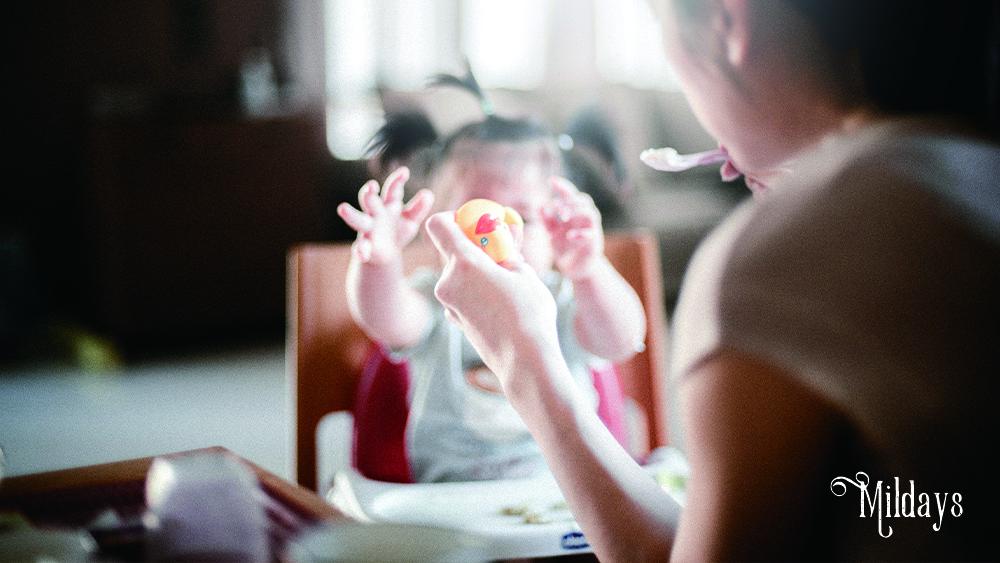 完全母乳の離乳食はいつから始める?食べてくれない時の対処法も紹介